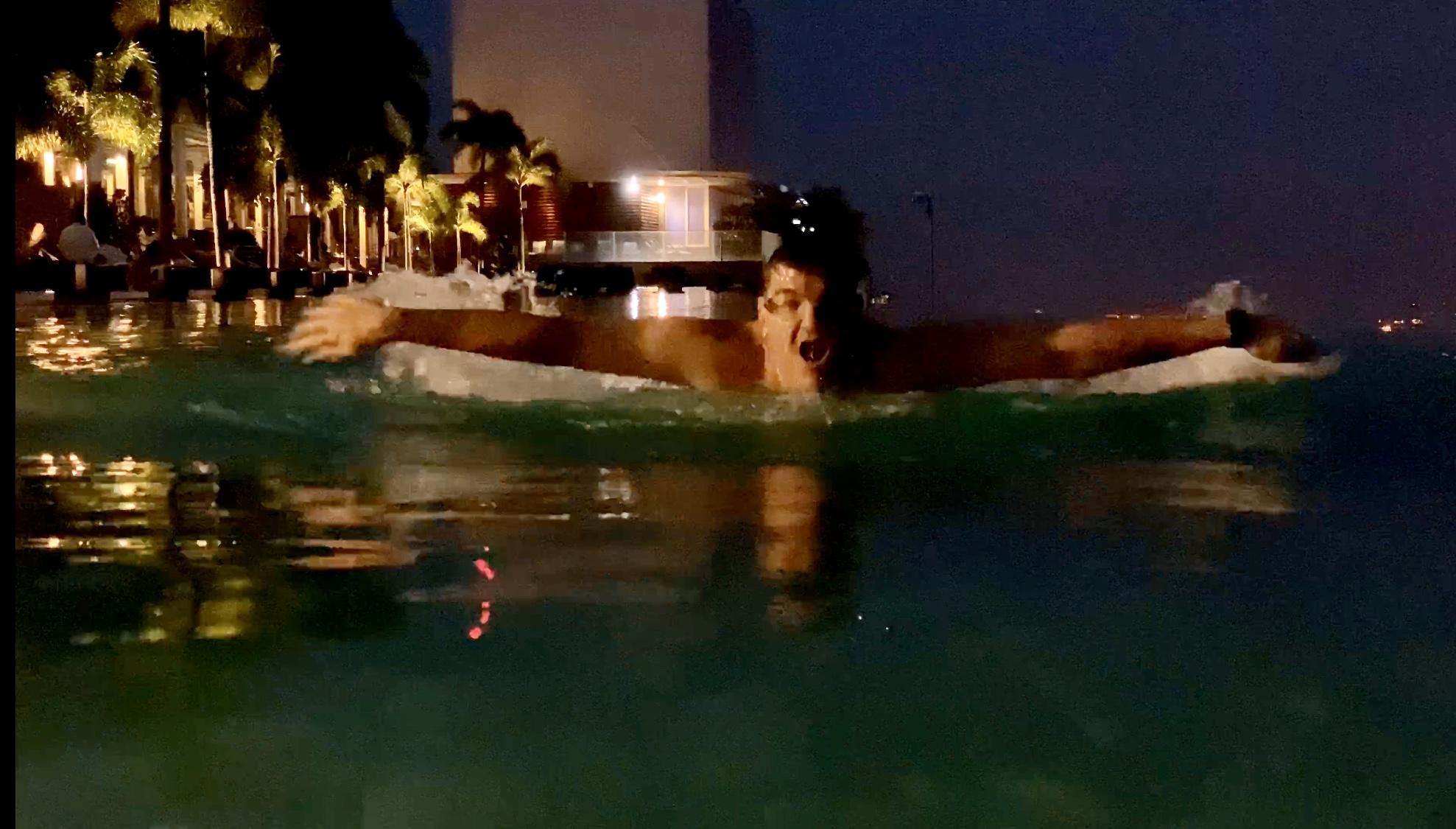 Michael Weilguny in Sinagpur The Sand Hotel Pool